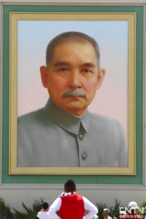 北京:孙中山画像亮相天安门广场