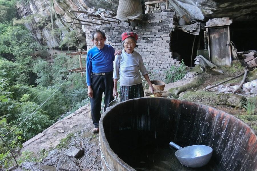 畜景牲景寒武纪年吧-湖北利川一对年近8旬夫妇寄居武陵山岩洞近60年养畜种菜自给自...