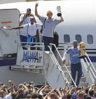 [组图]小牛队捧杯抵达达拉斯 球迷机场迎接